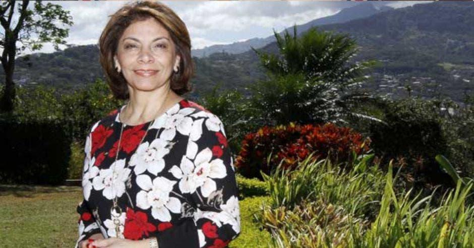 La expresidenta Laura Chinchilla con un montaña de fondo