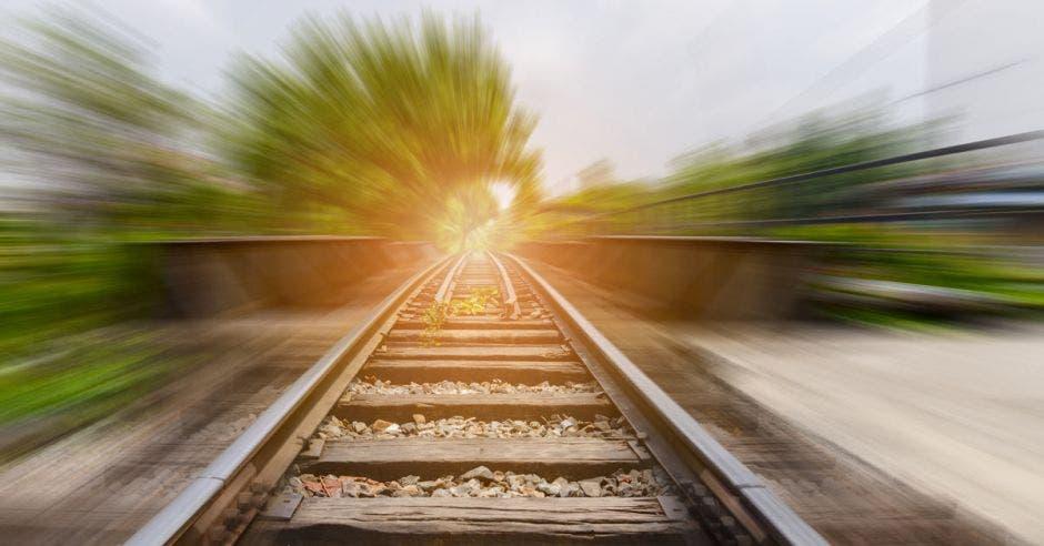 Una foto de la línea del tren con el sol de fondo