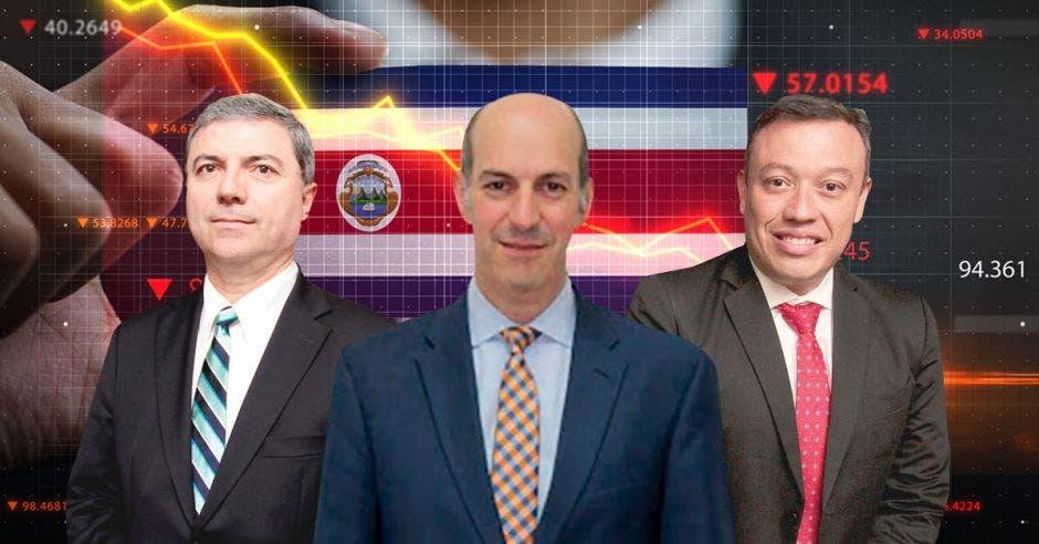 Gerardo Corrales, Rodrigo Cubero y Francisco Gamboa frente a bandera de Costa Rica