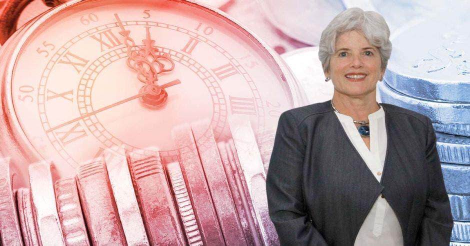 Mujer sonriente frente a monedas y reloj