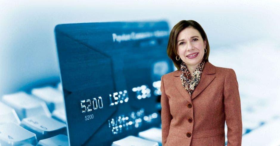 Mujer de café frente a tarjeta de crédito