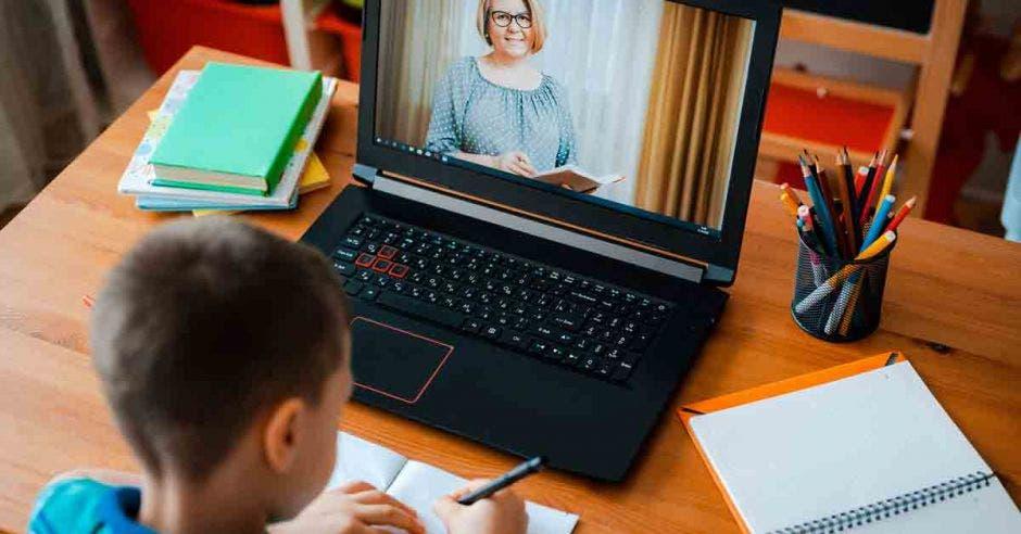 Niño recibiendo clases virtuales