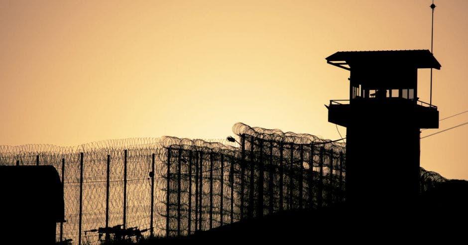 Una cárcel con un celaje de fondo