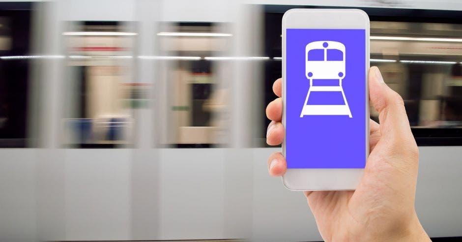 Una persona con un teléfono con el dispositivo de pago electrónico de boletos habilitado