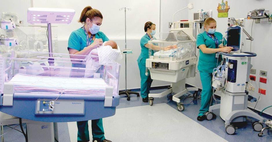 enfermeras atendiendo bebés en el área de Maternidad