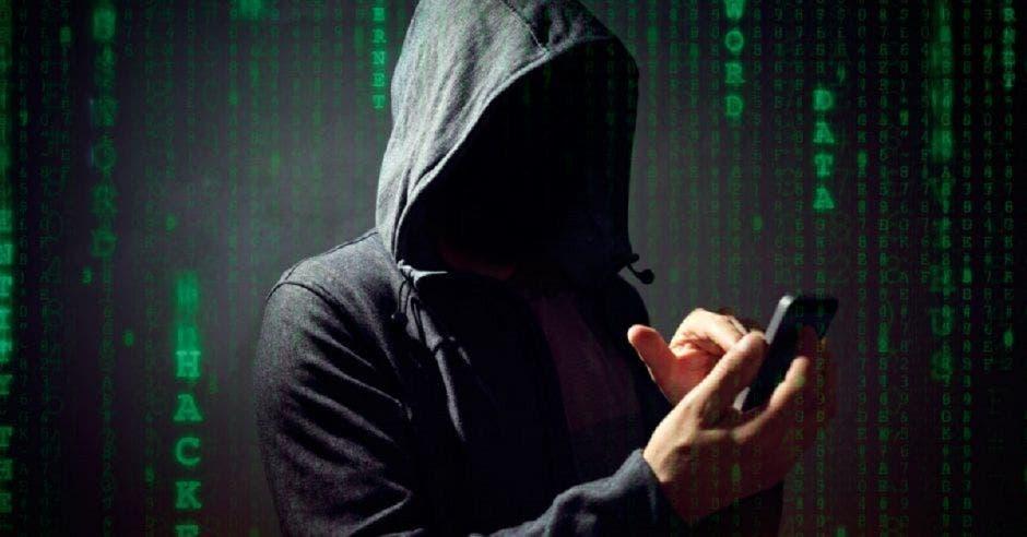 Hacker manipulando un celular