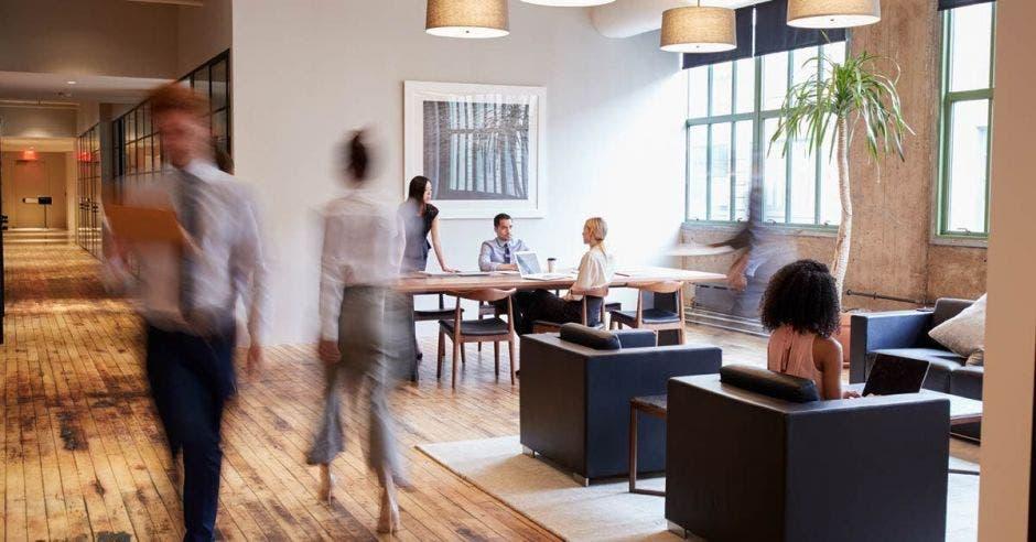 Una oficina equipada con personas trabajando