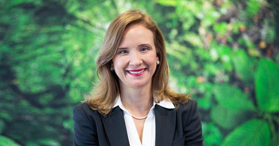 Mujer de traje frente a fondo verde