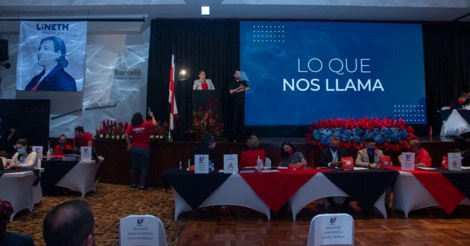Lineth Saborío dando discurso