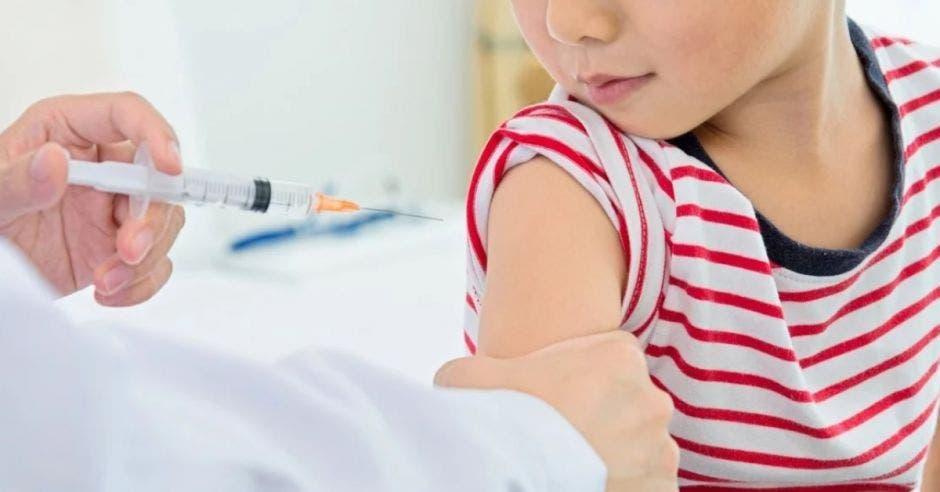Los fármacos se utilizarán para inmunizar a niños de cinco a 12 años, además de aplicar terceras dosis. Archivo/La República.