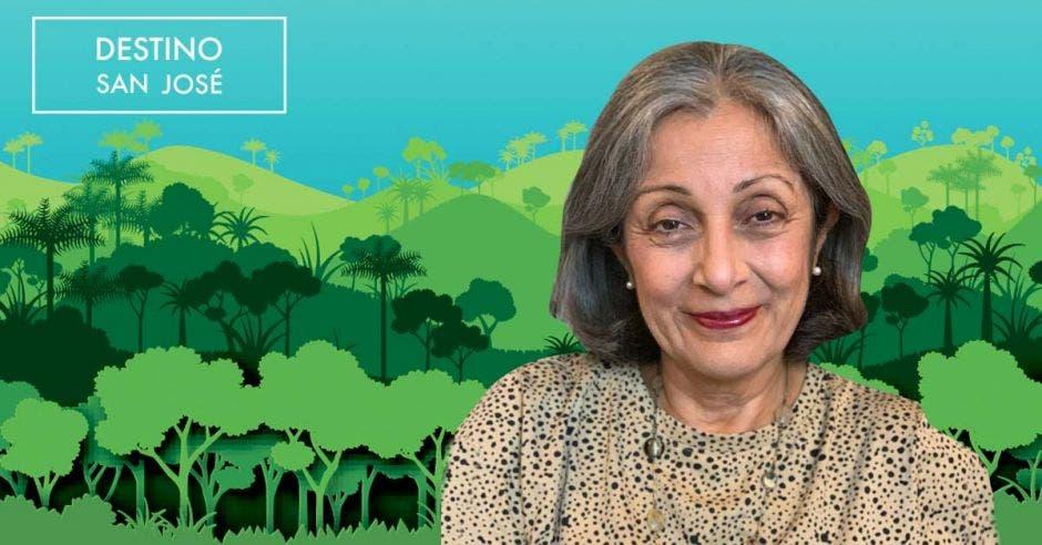 Adulta mayor en fondo de bosque verde