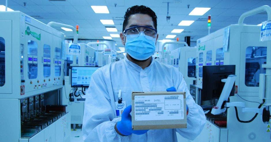 Técnico muestra uno de los microprocesadores creados en Intel Costa Rica