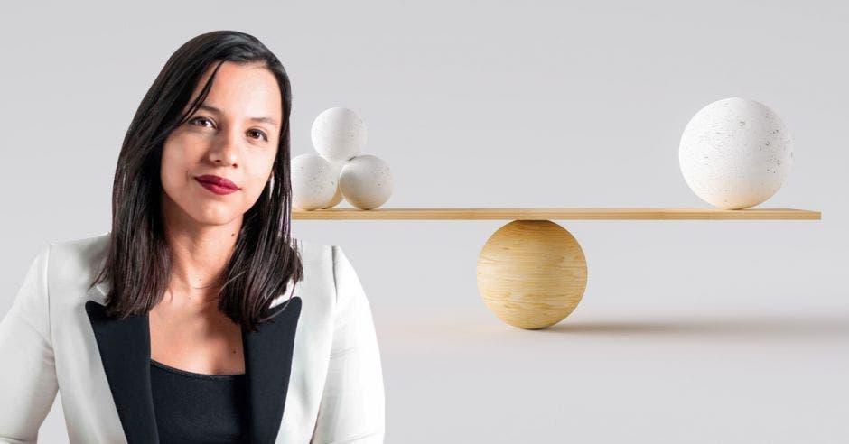 Sofía Guillén en primer plano a la vez que se mira una balanza al fondo