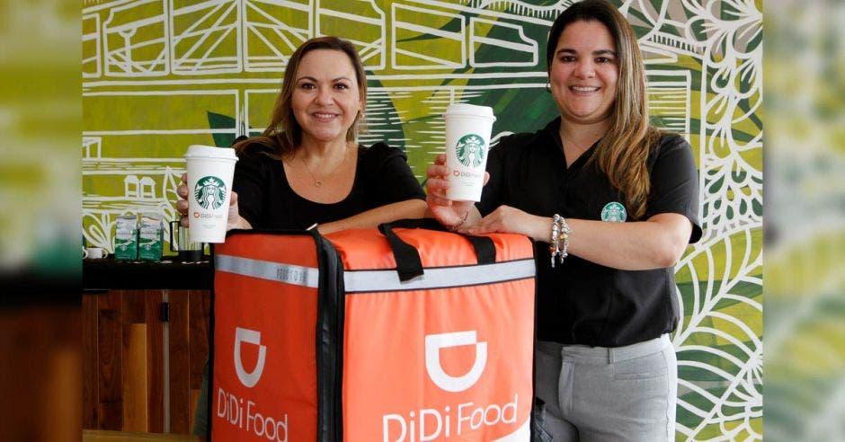 Carolina Murillo, Gerente de Comunicaciones para DiDi Food Centroamérica y Caribe junto a María José Gutiérrez, Jefe de Mercadeo Digital Starbucks CAM.