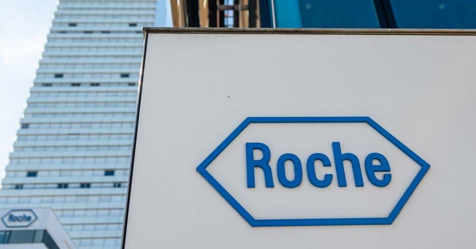 Rótulo de Roche en uno de los edificios de la empresa