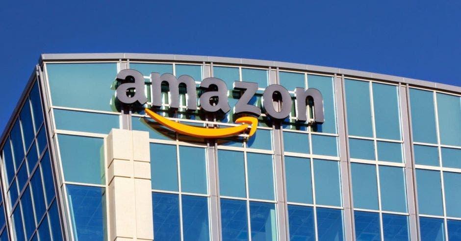Logo de Amazon en un edificio
