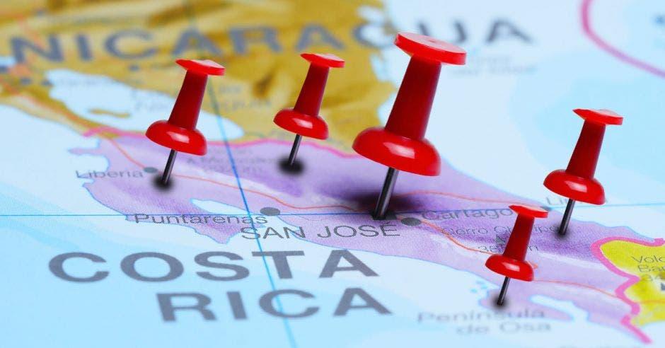 Un mapa de Costa Rica con pines señalando varios destinos