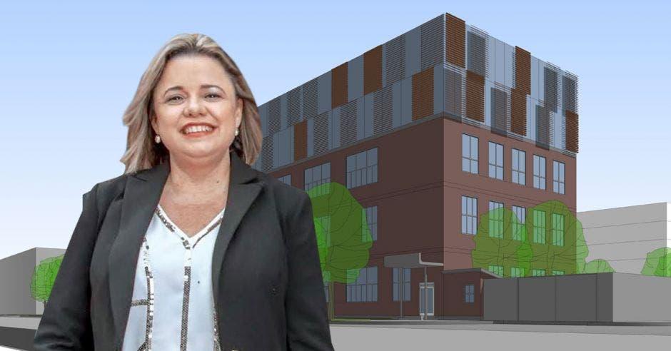 Karen Porras con un render de un edificio de fondo