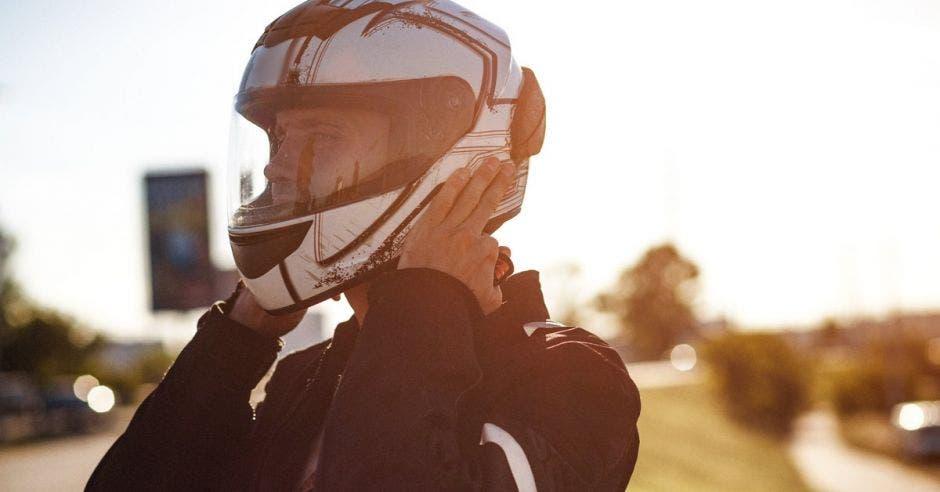 Persona colocándose el casco