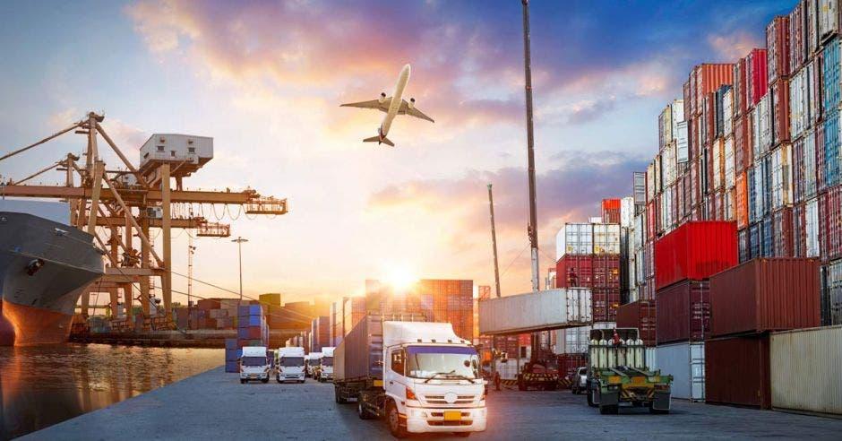 Varios elementos de exportación, avión, contenedores y camiones
