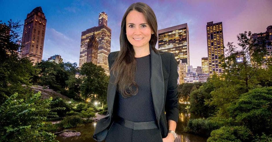 Gilda Pérez Alvarado con el Hotel Plaza de Nueva York de fondo