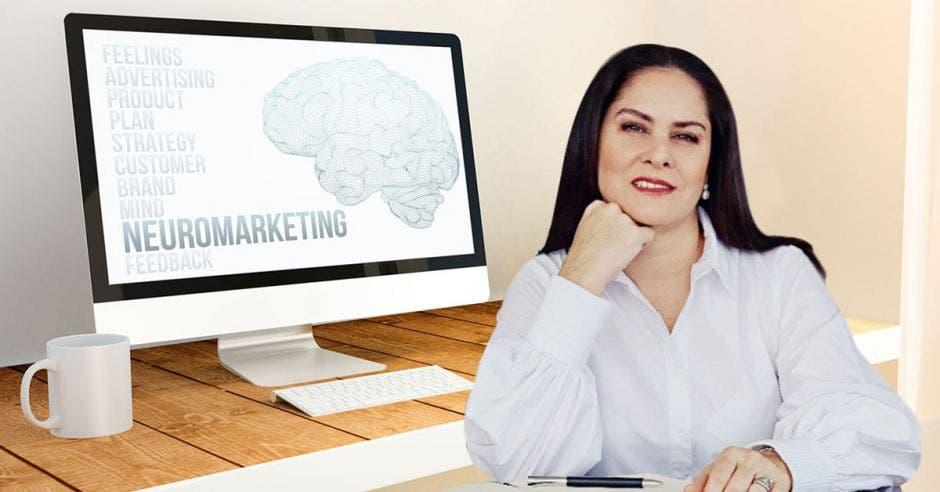 Mujer con blusa blanca y al fondo una computadora