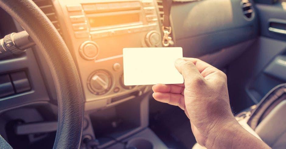Un conductor mostrando la licencia de conducir